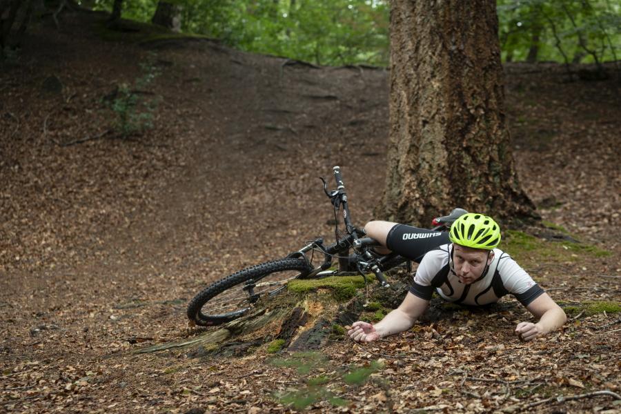 Ook buiten de bergen, bijvoorbeeld met mountainbiken, kun je outdoor EHBO nodig hebben